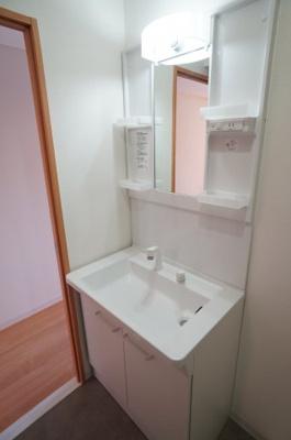 【収納力がポイント!】 使いやすい洗面ボウルがうれしい洗面化粧台です。 鏡横には日常的に使う物をスッキリ収納、 下には洗剤の詰替えなど大容量に収納できます。