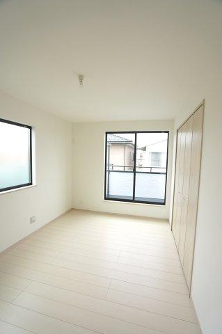 2階7.5帖 2面窓からの差込む光で昼間も明るいお部屋です。