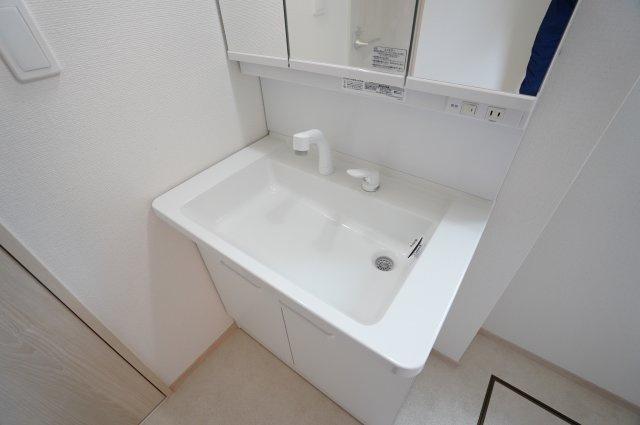 三面鏡の収納で歯ブラシや化粧品等すっきり片づけられます。
