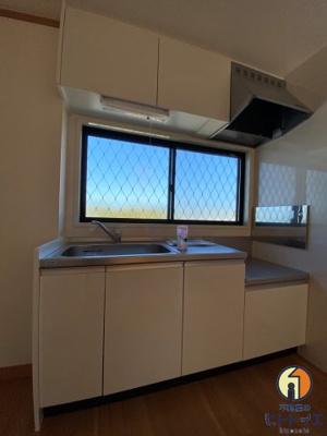 窓があり明るいキッチンです