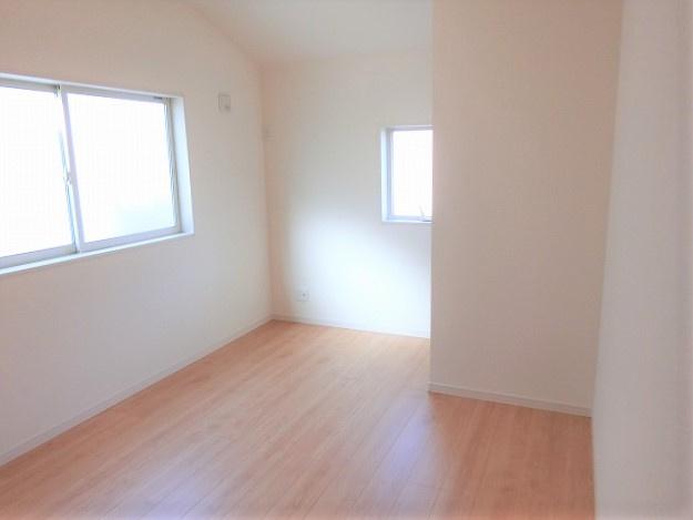【現地写真】 大きな窓からたっぷりと陽光が注がれる明るい空間。一日の疲れをいやしてくれる主寝室。時を忘れて過ごす場所として過ごせるお部屋♪