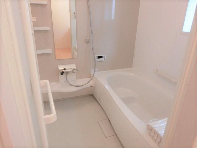 【現地写真】 浴室暖房乾燥機付き♪ 日々の疲れを癒すお風呂付です♪ 1帖タイプなので広々とした空間ですよ♪