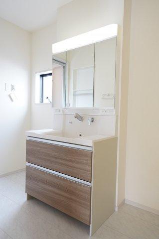 木の感じがアクセントの独立洗面台!収納も豊富で洗面所がすっきり片付きますよ♪