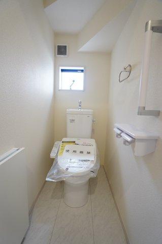 1階 白を基調としていて清潔感があるシャワートイレ!