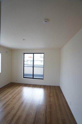 バルコニーに面したお部屋!大きな窓で陽当たり、風通しと良好♪