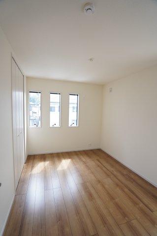 6帖 縦長窓でおしゃれな空間に! 一日中安定した光を取り込むことができます♪