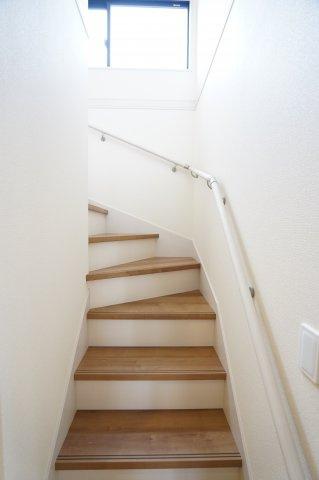 階段 手すり付きで安心して上り下りができますよ。