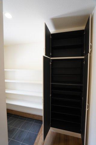 シューズインクロークとシューズボックスもあるのでご家族の靴たっぷりと収納することができますよ!