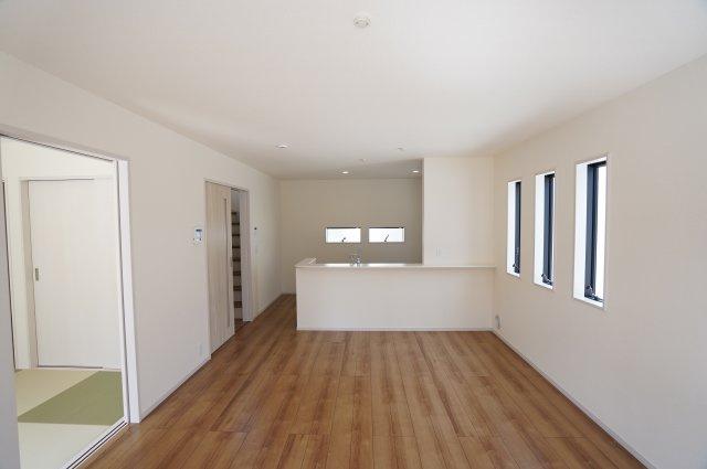 16帖 和室が隣に面しているので戸をあけておけば広々お使いいただくことができますよ。