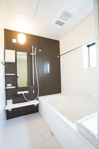 浴室乾燥機付きで雨の日でもお洗濯物をカラッと乾かすことができますよ。
