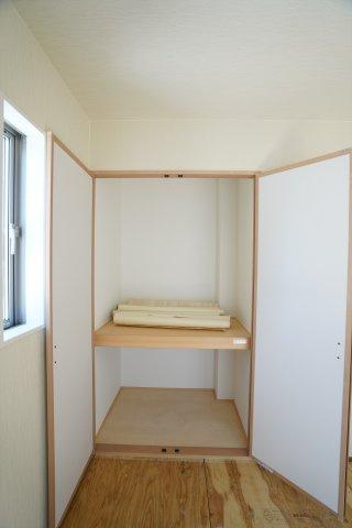 和室の押入に布団や子供のおもちゃ、アイロンなども収納できます。
