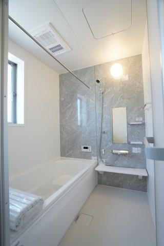 おしゃれで広いお風呂は毎日のバスタイムが楽しくなりそうですね。浴室乾燥暖房もついて一年を通して快適に使えますよ。