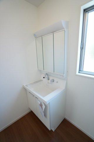 三面鏡洗面台は朝の準備も快適にできます。