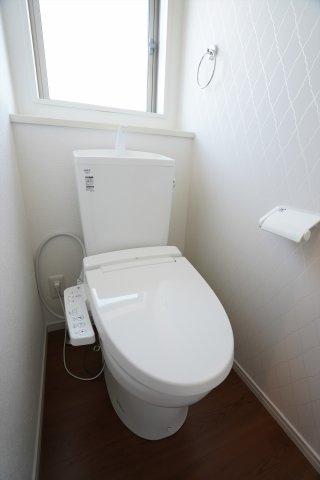 窓のある明るい1階トイレです。温水洗浄便座でいつでも暖かく快適です。