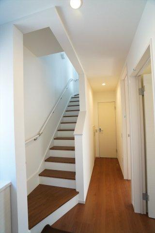 玄関から直接行ける階段は、リビングのドアを開けておくとキッチンからも見えるので子供の帰宅分かり安心です。
