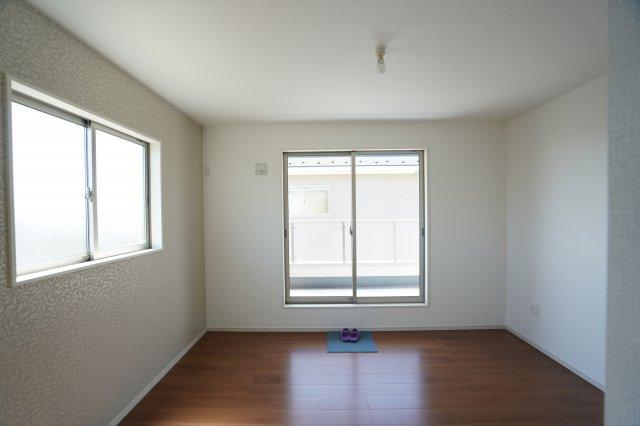 窓が2つあり明るく風通しの良いお部屋です。