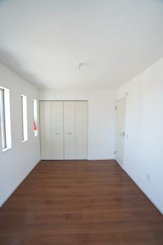 3連窓のあるおしゃれな洋室です。