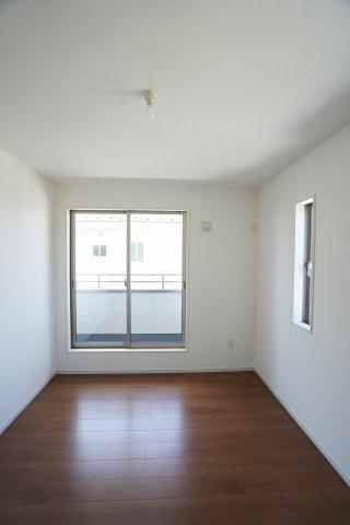 6帖の子供部屋は2つ窓があり風通しのよいお部屋です。バルコニーがあるので布団を干しやすいですね。