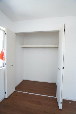 棚とパイプが設置されて収納しやすいクローゼットです。