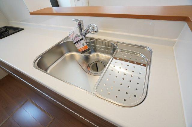 広いシンクは水切りもついて便利です。洗い物もはかどります。
