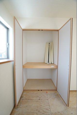 和室の押入に座布団、子供のおもちゃやアイロンなども収納できます。