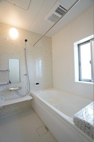 浴室乾燥暖房機のついたお風呂です。冬場のヒートショック対策にもなります。
