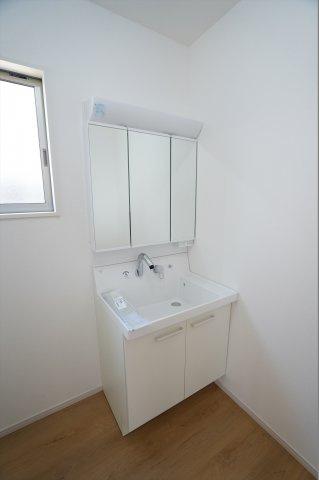 三面鏡洗面化粧台です。鏡裏に小物を収納できます。
