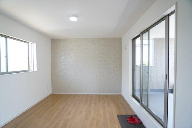 8帖寝室は大きな窓から陽射しがたっぷり入りあたたかいお部屋です。晴れた日にはバルコニーで夕涼みもできますよ。