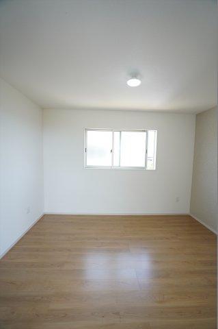 アクセントクロスと木目調のフローリングがおしゃれなお部屋です。家具を考えるのが楽しくなりそうですね。
