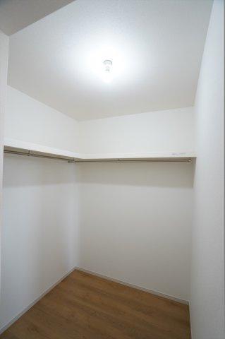寝室のWICです。たくさん収納できてお部屋がすっきり片付きます。