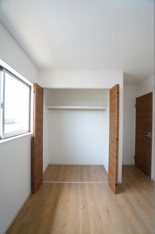 クローゼットのあいた空間を有効活用して洋服だけでなく学校道具や部活道具などたくさん収納できますよ。