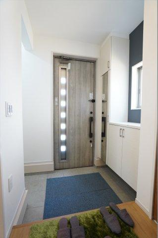 玄関ドアから採光のとれる明るい玄関です。