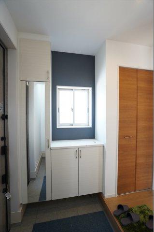 玄関収納BOXに鏡がついてお出かけ前の全身チェックができますよ。