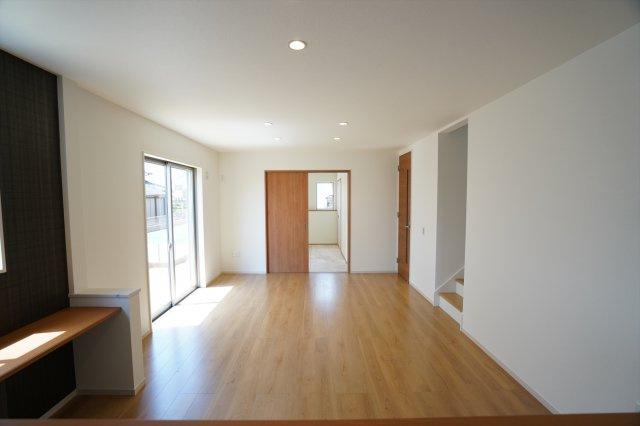 広々としたリビングは大きな家具やソファーを置いてもゆったりとしています。家族が毎日心地良く過ごせそうですね。