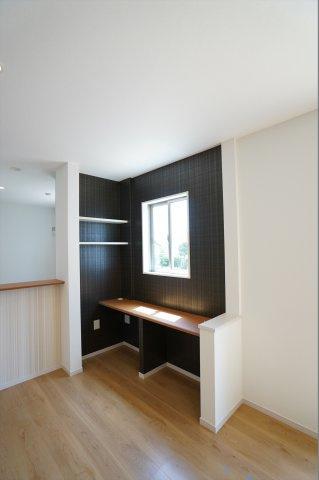 キッチン前にあるスタディカウンターは椅子を置いて家族が自由に使える便利なスペースになります。