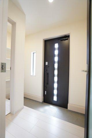 暖かい光で照らしてくれる窓で玄関を明るく演出してくれますよ。