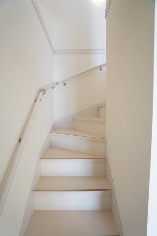 手すり付きの階段で転落防止!安心して上り下りできますね。