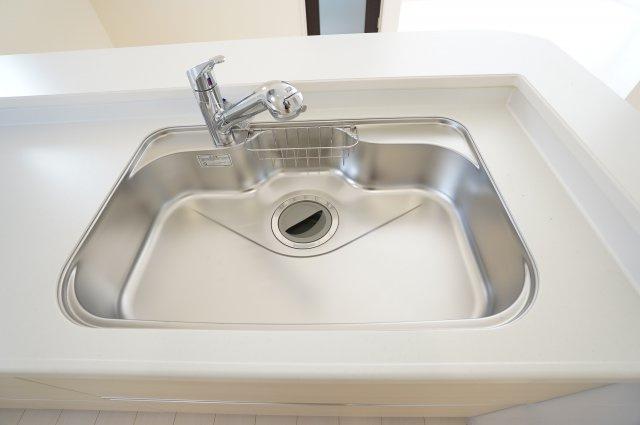 広々シンクで大きいお鍋やフライパンも楽々洗うことができますよ♪