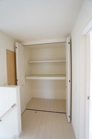 2階廊下 季節物の家電や掃除用具、家族の趣味のモノを収納しておくのに便利ですね。