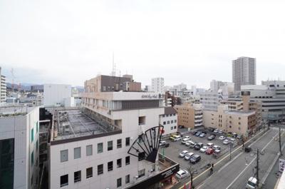 【広島シティービュー】 写真はあいにくの曇り空で残念なのですが、 晴れていれば、馬木の山々と青空が広がる パノラマです。眼下には広島のシティビュー。 街中では得難い前が開けた眺望です。