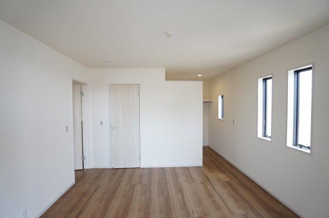 8帖とゆったりしたお部屋♪ベッドを置いてもゆとりがありますね。