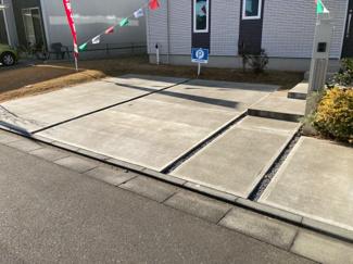 並列2台駐車可能なカースペースです