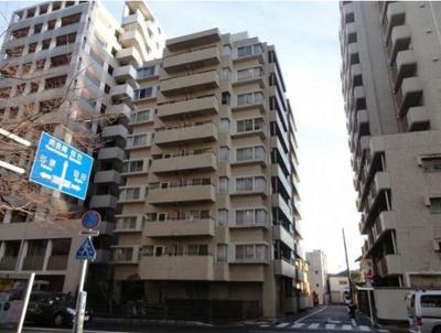千川通り沿いの9階建て分譲マンション