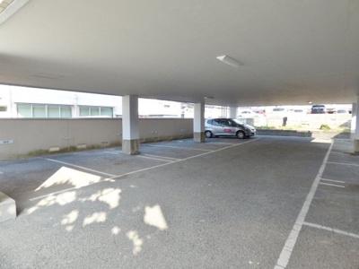 1階が駐車場です。雨の日もあんしんです。