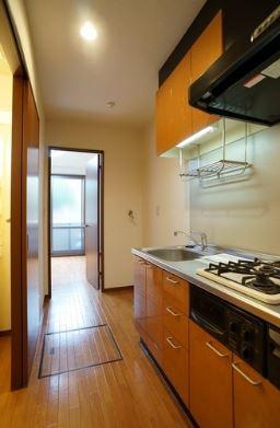 玄関から室内への景観です!キッチンの奥に洋室6.4帖のお部屋があります♪