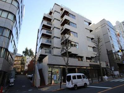 東京メトロ日比谷線・都営大江戸線「六本木」駅徒歩約8分。