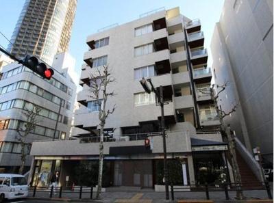 東京ミッドタウン約460m、六本木ヒルズ約1.2kmの立地。