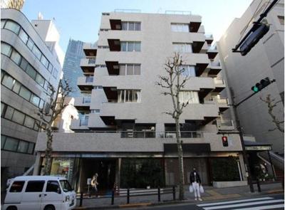 千代田線「乃木坂」駅徒歩約2分、都心へのアクセス良好な立地。