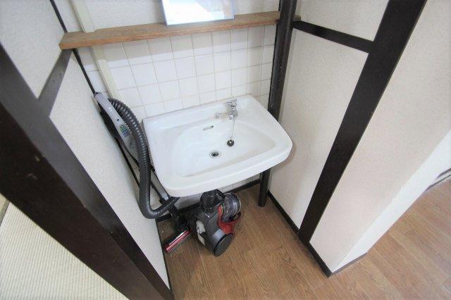 洗面台です。 DIYで棚等を作って自分好みのオシャレな洗面スペースにできますね♪