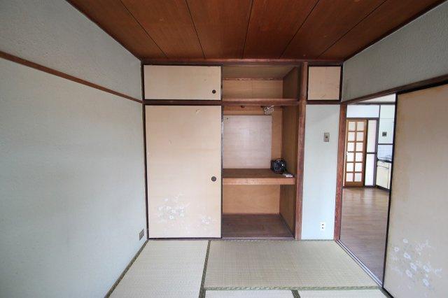 和室には、押入収納がございます。